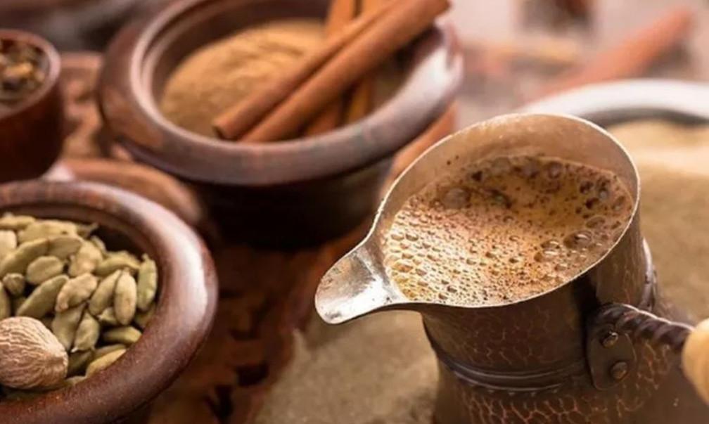 Кофе со щепоткой корицы и кардамоном