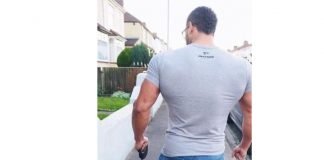 Джинсы и футболки, которые обтягивают тело